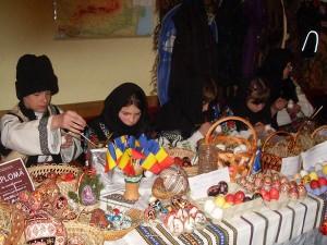 Copii din Botoşani la Festivalul Internaţional al Ouălor Încondeiate de la Ciocăneşti