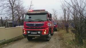 masina-pompieri-in-fata-unei-case