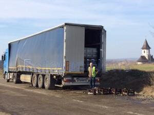 sticle bere cazute de drum din camion 2jpg