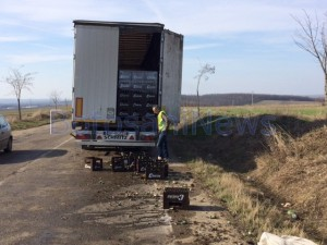 sticle bere cazute pe drum din camion 1