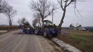 stiri, botosani, stiri din botosani, accident, cristesti, tractor in copac (2)
